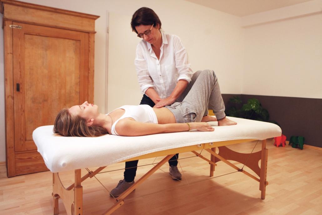 Osteopathie ist eine manuelle Therapie – mit den Händen erspürt der erfahrene Osteopath den Bewegungsapparat, die Organfunktionen und die Strukturen aller Gewebe im Körper.