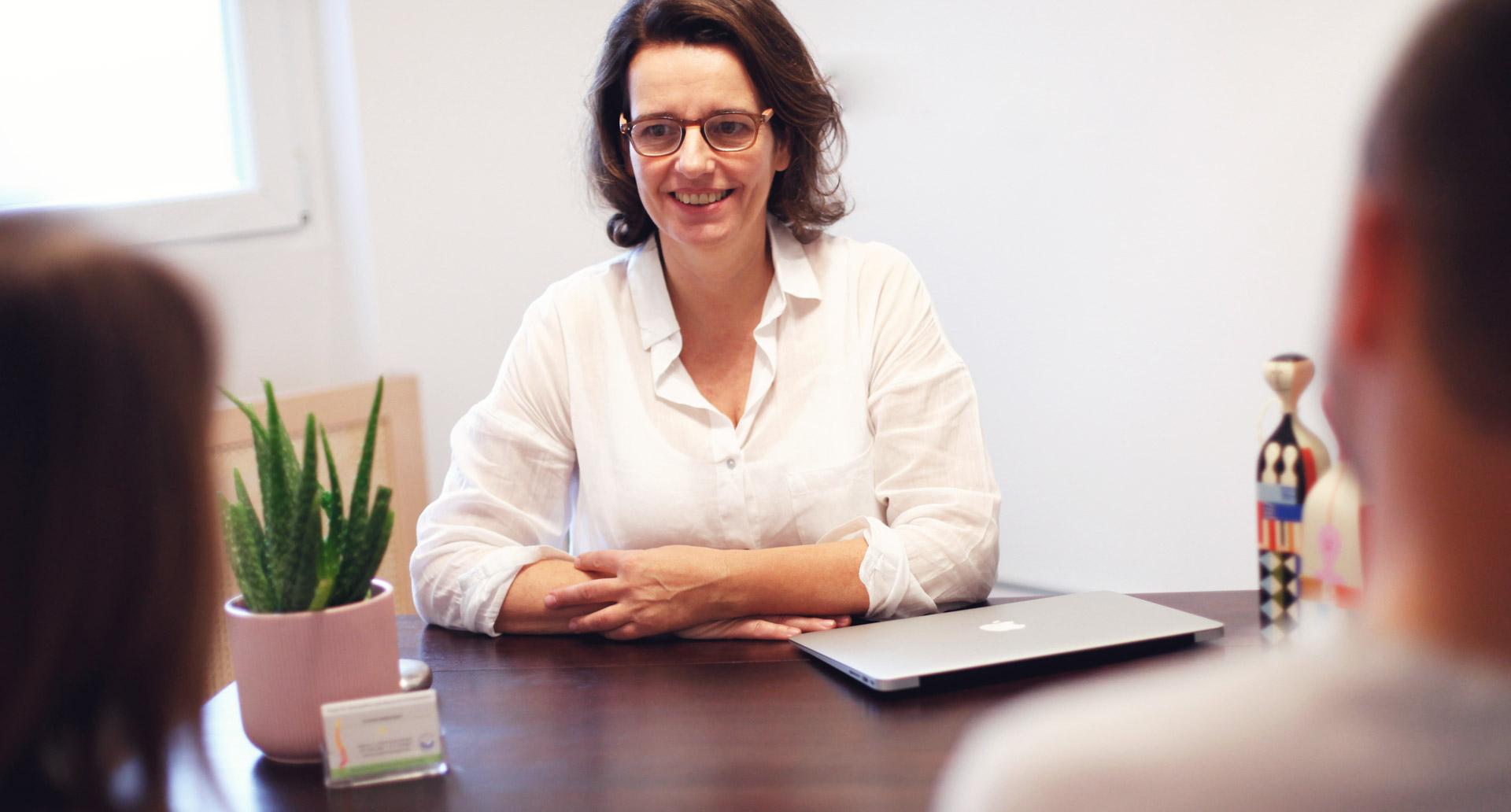 Corinna Nadermann im Gespräch in ihrer Praxis in Essen